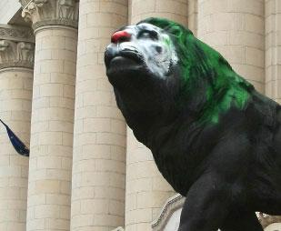 Лъвът на съдебната палата осъмна като клоун