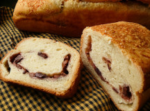 Домашно приготвен хляб с маслини и пармезан