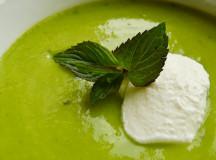 Приятна крем супа от грах, сметана и мента